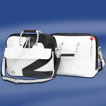 <p>Zeer handige en praktische zeildoek laptoptas met bijpassende muismat. De Sea officer laptoptas is gemaakt van nieuw en origineel zeildoek met nautische accenten en is zeer goed afgewerkt met zig zag stiksels. Deze laptoptas van Trend Marine heeft veel opbergruimte met een inhoud van ongeveer 8 liter.<br /><strong>Afmetingen:</strong> 43 x 8 x 34 cm <strong>Inhoud:</strong> ca 8 liter <strong>Kleur:</strong> wit / zwart</p>