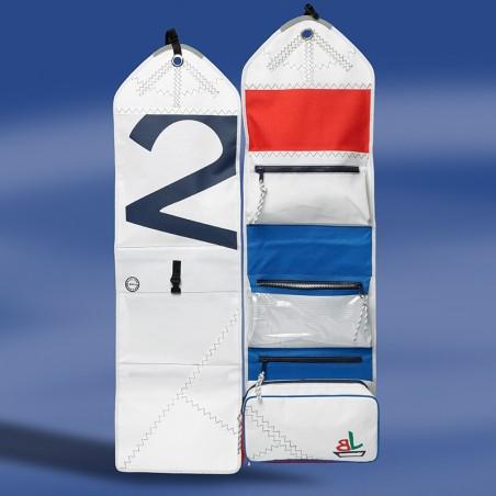 <p>Handige opvouwbare toilet tas van nieuw zeildoek, hiermee blijven je spullen netjes op hun plek zitten. De toilettas kan uitgevouwen opgehangen worden aan een haakje voor een gemakkelijke toegang tot je spullen, zeer praktisch voor mee op reis! Deze Sea Gipsy zeildoek toilet tas hoort tot de mooie collectie van het merk Trend Marine.<br /><strong>Afmetingen:</strong> 30 x 9 x 100 cm <strong>Kleur:</strong> wit / rood / blauw</p>
