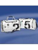 <p>De Sea Mate ronde reistas hoort tot het bekende merk Trend Marine, hun staan bekend om hun geweldige zeildoek tassen van zeer hoge kwaliteit! De ronde zeildoek tas is gemaakt van origineel zeildoek, daardoor is de tas spat waterdicht en hij kan ook nog eens tegen een stootje! Deze tas wil je toch mee op vakantie? <br /><strong>Afmetingen:</strong>60 cm lengte / 37 cm doorsnede<strong>Inhoud: </strong>ca. 50 liter<strong> Kleur:</strong> wit / zwart</p>
