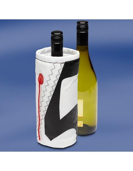 <p>Originele en nautische wijnkoeler gemaakt van nieuw en echt zeildoek met leuke nautische accenten. Deze leuke zeildoek wijnkoeler uit de Wine Cooler serie van Trend Marine steelt zeker de show bij jouw borrel en daarbij blijft jouw wijn of champagne heerlijk koel! De zeildoek wijnkoeler voor 1 fles is in twee verschillende kleuren te verkrijgen. <br /><strong>Afmetingen:</strong> 10 x 10 x 23 cm <strong>Kleur:</strong> wit / zwart</p>
