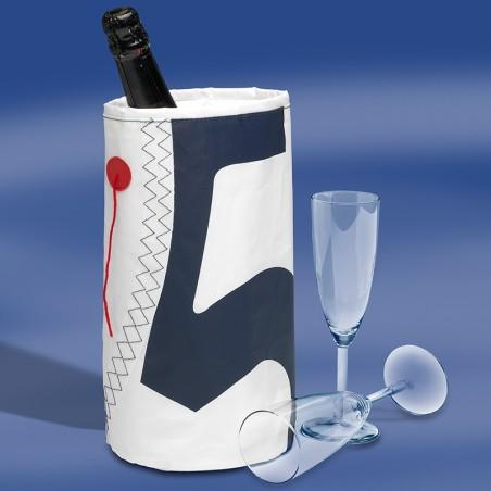 <p>De zeildoek tassen collectie van Trend Marine heeft ook deze mooie wijnkoeler in zijn bezit! Deze wijnkoeler is speciaal, omdat deze is gemaakt van echt origineel nieuw zeildoek! Daarnaast is de zeildoek Wine Cooler tevens voorzien van nautische elementen en de koeler is perfect afgewerkt. De wijnkoeler is geschikt voor 1 fles wijn.<br /><strong>Afmetingen:</strong> 10 x 10 x 23 cm <strong>Kleur:</strong> wit / navy</p>