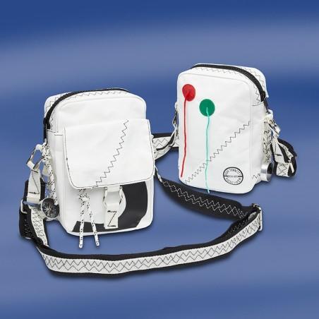 <p>Handige compacte zeildoek schoudertas met een extra sportief en stijlvol uiterlijk. Deze Sea Pearl compacte schoudertas is van het bekende zeildoek tassen merk Trend Marine en is spat waterdicht! De Sea Pearl compacte zeildoek schoudertas is gemaakt van high tenacity dacron zeildoek en heeft een perfecte afwerking!<br /><strong>Afmetingen:</strong> 15 x 8 x 22 cm <strong>Inhoud: </strong>ca. 1,2 liter<strong> Kleur:</strong> wit / navy</p>
