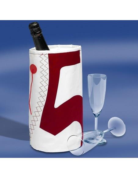 <p>Unieke wijnkoeler gemaakt van origineel zeildoek met nautische accenten zoals het zeilcijfer en gekleurde telltales. Deze Wine Cooler van het prachtige en exclusieve merk Trend Marine is zeer leuk om cadeau te doen of als een presentje voor jezelf! De wijnkoeler is in verschillende kleuren te verkrijgen. Met deze zeildoek wijnkoeler steel jij de show!<br /><strong>Afmetingen:</strong> 10 x 10 x 23 cm <strong>Kleur:</strong> wit / rood</p>
