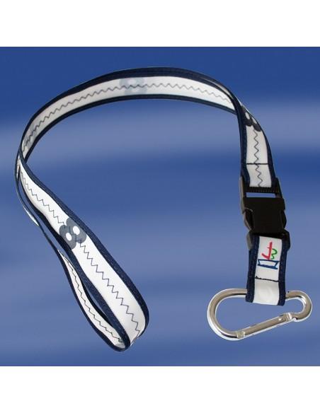 <p>Keycord of lanyard van het merk Trend Marine en is gemaakt van 200 hpe nieuw dacron zeildoek. De witte met navy-kleurige zeildoek keycord heeft tevens een zwarte kunststof veiligheidssluiting en een metalen karabijnhaak.Aan de karabijnhaak kunje bijvoorbeeldje sleutels hangen. Een uniek cadeau of geschenk, van Trend Marine! <br /><strong>Afmeting:</strong> breedte 2,5 cm <strong>Kleur:</strong> wit / navy</p>