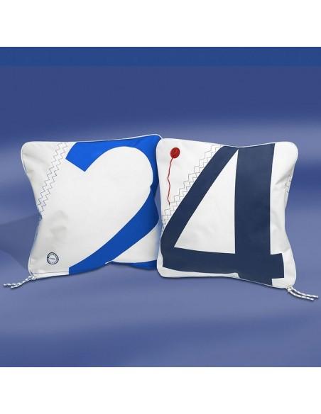 <p>Wat origineel kussen gemaakt van nieuw zeildoek van hoge kwaliteit met nautisch zeilcijfer! Dit Cushion kussen met vulling hoort tot het prachtige merk Trend Marine wat staat voor een hoge kwaliteit en zijn welbekend om hun mooie zeildoek tassen collectie! Het zeildoek kussen is daarbij ook nog eens spat waterdicht en is mooi afgewerkt. <br /><strong>Afmetingen:</strong> 40 x 40 cm<strong> Kleur:</strong> wit / navy / royal blue</p>