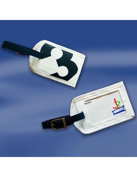 <p>Handige zeildoek kofferlabel voor aan je koffer of weekendtas voor mee op reis, met deze kofferlabel vind je altijd je koffer of tas terug! Het label is gemaakt van nieuw zeildoek met een riem van kunstleder en metalen gesp. De Sea Label komt van het merk Trend Marine, die staan bekend om hun duurzame zeildoek tassen!<br /><strong>Afmetingen:</strong>buitenzijde 11 x 7 cm / venster 6,7 x 4,3 cm<strong>Kleur:</strong> wit / navy</p>
