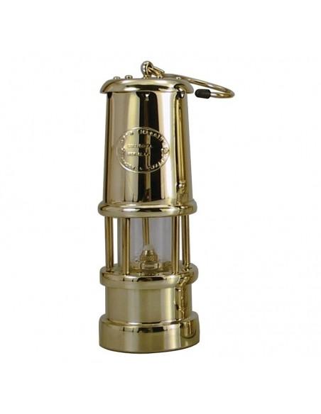 """<p>Wat zal deze olielamp je een warme sfeer geven in de donkere avonden! Deze geweldige Welsh Miner olielamp komt uit de mooie olielampen serie van het merk E. Thomas & Williams. De olielamp is uitgevoerd als de originele ''Davy Veiligheids lamp"""" uit 1815 uit Wales. Ze worden exclusief wandophanging geleverd. <br /><strong>Afmetingen:</strong> 170 mm hoogte <strong>Materiaal:</strong> messing</p>"""