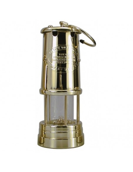 """<p>Deze uitmuntende mooie olielamp heeft een uitstraling als de originele ''Davy Veiligheids Lamp"""" uit 1815 uit Wales. De Welsh Miner olielamp komt uit de fraaie serie olielampen van E. Thomas & Williams. De wandophanging wordt er niet bijgeleverd. <br /><strong>Afmetingen:</strong> 220 mm hoogte <strong>Materiaal:</strong> messing</p>"""