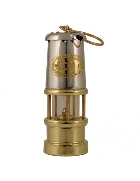 """<p>Deze geweldige Welsh Miner olielamp komt uit de mooie olielampen serie van E. Thomas & Williams. De olielamp is geproduceerd als de originele ''Davy Veiligheids lamp"""" uit 1815 afkomstig uit Wales. Deze mijnlamp heeft een oliecontainer inhoud van 35 ml wat staat voor ongeveer 7 branduren. <br /><strong>Afmetingen:</strong> 170 mm hoogte <strong>Materiaal:</strong> messing met nikkel</p>"""