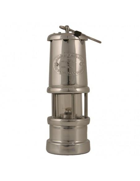 """<p>Mooie kleine Welsh Miner olielamp gemaakt van vernikkeld aluminium met een oliecontainer inhoud van 35 ml deze geeft ongeveer 7 branduren. De olielamp is geproduceerd als de originele ''Davy Veiligheids lamp"""" uit 1815 uit Wales en behoord tot het merk E. Thomas & Williams. Wat zal deze olielamp je een warme sfeer geven in de donkere avonden!<br /><strong>Afmetingen:</strong> 170 mm hoogte <strong>Materiaal:</strong> vernikkeld aluminium</p>"""
