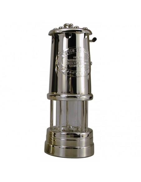 <p>Grote Welsh Miner olielamp van het unieke merk E. thomas & Williams. Deze mijnlamp is uitgevoerd als de originele 'Davy Veiligheids Lamp' uit 1815 en is gemaakt van prachtig vernikkeld aluminium. De Welsh Miner olielamp beschikt over een oliecontainer inhoud van 35 ml wat staat voor 7 branduren en wordt exclusief wangophanging geleverd. <br /><strong>Afmetingen:</strong> 220 mm hoogte <strong>Materiaal:</strong> vernikkeld aluminium</p>