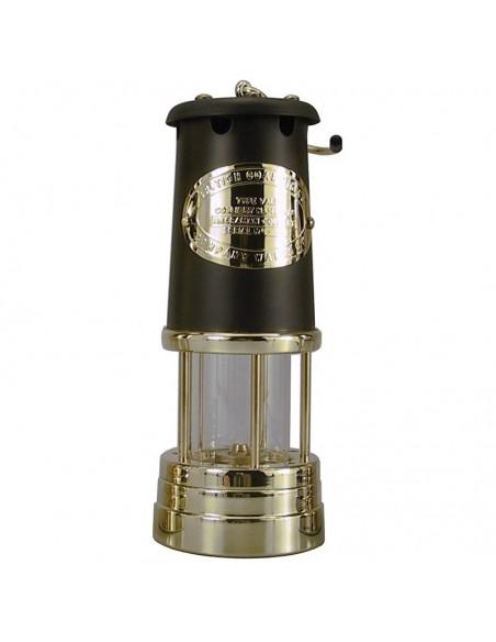 """<p>Deze grote Welsh Miner olielamp heeft een prachtig en exclusief uiterlijk door de messing en zwarte kleur. Deze olielamp komt van het merk E. Thomas & Williams en vormgegeven als de oude ''Davy Veiligheids Lamp"""" uit 1815 afkomstig uit Wales. De mijnlamp heeft een oliecontainer inhoud van 35 ml wat staat voor ongeveer 7 uur brandtijd. <br /><strong>Afmetingen:</strong> 220 mm hoogte <strong>Materiaal:</strong> messing <strong>Kleur:</strong> zwart</p>"""