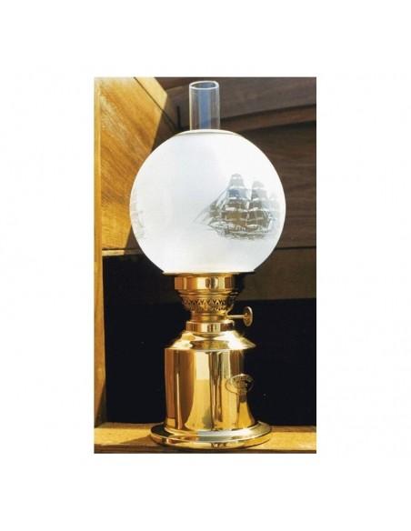 <p>Mooie klassieke Gilleleje olielamp van het merk<strong> </strong>E.S.Sørensen bevat een oliecontainer van 500 ml dat geeft een brandtijd van ongeveer 27 uur. De olielamp bevat een glazen schootsteen en heeft een mooi scheepsmotief op het ronde glas.<br /><strong>Afmetingen:</strong> 320 mm hoogte <strong>Materiaal:</strong> messing</p>