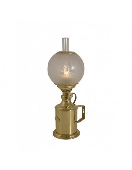 <p>Deze prachtige Pigeon olielamp van het merk E.S.Sørensen heeft een mooi scheepsmotief op het ronde glas. Het is mogelijk om de olielamp aan de muur te bevestigen met het handvat. De oliecontainer heeft een inhoud van 330 ml dat geeft ongeveer 23 uur brandtijd. De olielamp is vernoemd naar de Franse fabrikant Charles – Joseph uit 1884. Deze lamp is exclusief walmvanger. <br /><strong>Materiaal: </strong>messing</p>