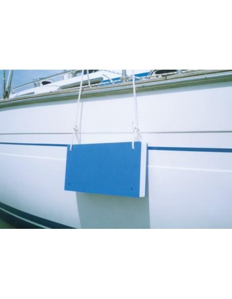 <p>Deze plaat fender is gemakkelijk te bevestigen door de vier gaten in de hoeken en is zeer handig voor plekken waar ronde fenders nog wel eens wegrollen. De Navyline stootwil is gemaakt van pe foam wat geen water absorbeert door de coating aan beide zijden en de gesloten cellen. <br /><strong>Afmetingen:</strong> 835 x 286 x 73 mm</p>