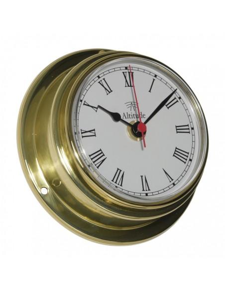 <p><span>Een messing scheepsklok welke is voorzien van een quartz uurwerk. Door de messing behuizing kan deze klok gemakkelijk en stevig opgehangen of vast gemaakt worden, daarbij kun je bij de kok door het 'front loaded' systeem. De wijzerplaat is voorzien van Arabische cijfers, wijzers en secondewijzer.<br /><strong>Afmetingen: </strong>125 mm doorsnede / 50 mm diepte <strong>Materiaal:</strong> messing / acryl glas (pmma)<br /><br /></span></p>