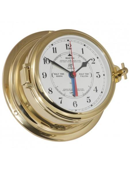 <p>Prachtige quartz klok met getijden uurwerk en duidelijke witte Arabische wijzerplaat. Deze quartz klok komt uit de mooie Midi 155 serie van Schatz 1881 tegenwoordig geproduceerd in Denemarken. Het scheepsinstrument is gemaakt van hoogwaardig glanzend messing en beschikt over een patrijspoort aan de zijkant. <br /><strong>Afmetingen:</strong> 155 mm doorsnede / 70 mm diepte <strong>Materiaal:</strong> glanzend messing</p>