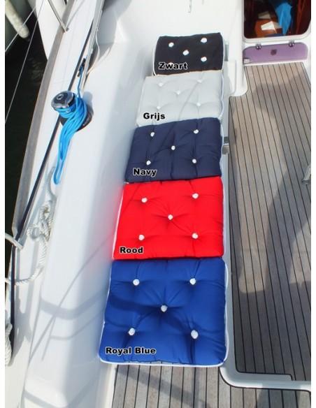 <p>Hoe handig is het als je je kussens van buiten gewoon kan laten liggen in de regen? Of dat je ze gewoon kan laten liggen op het dek van je schip of boot? Hier hebben we dit geweldige kussen voor! Dit Kapok kussen van The Captain's Collection beschikt over een waterdichte laag en is verder gemaakt van katoen. <br /><strong>Afmetingen:</strong> 410 x 360 x 90 mm <strong>Materiaal:</strong> katoen <strong>Kleur:</strong> navy</p>
